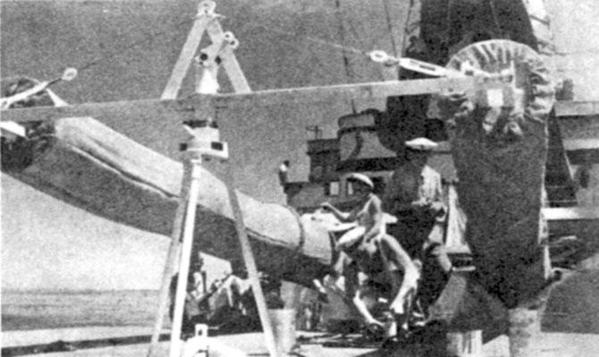 Geschütz-Attrappen aus Holz und Segeltuch.