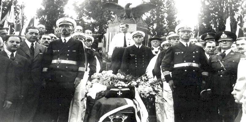 Aufbahrung am Mahnmal der Gefallenen im Ersten Weltkrieg - deutsche Sektion.