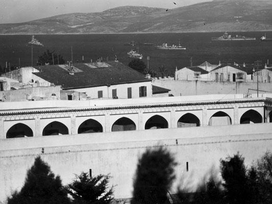 """Der Hafen von Tanger - die """"Graf Spee"""" links auf Reede."""