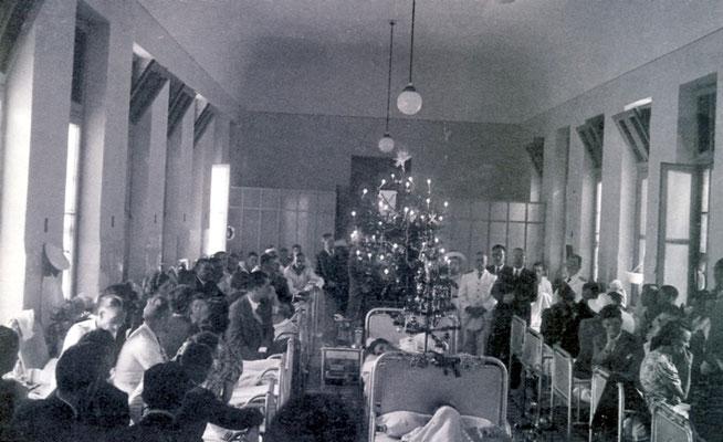 Weihnachten im Hospital - im Hintergrund O. Langmann.