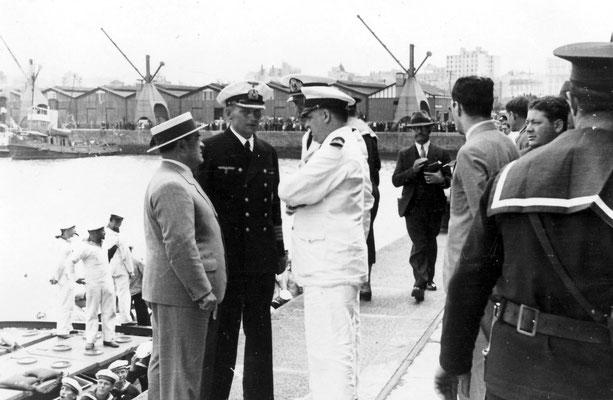 Langsdorff mit Verantwortlichen der Marine-Präfektur - möglicherweise KptzS. Pantín.