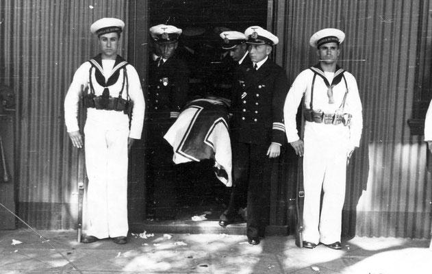 Der Sarg wird aus dem Marinearsenal herausgetragen.