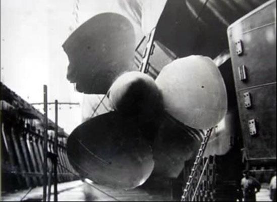 "Der beschädigte Backbordpropeller der ""Graf Spee""."