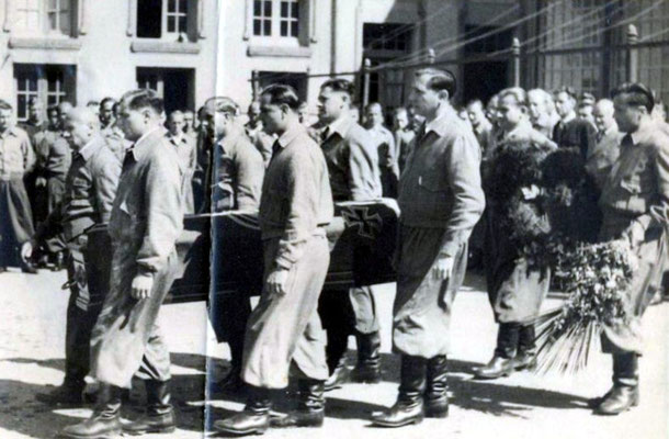 Johannes Eggers wurde von Sierra de la Ventana nach Buenos Aires überführt - auf dem Foto, rechts vom Sarg, zweiter Träger, Heinz Neumann, mein Vater.