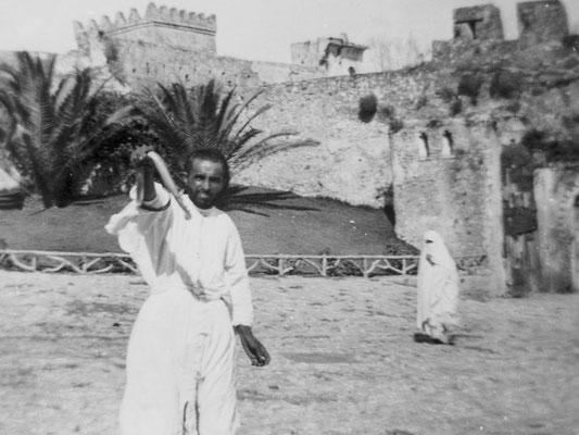 """Ein """"Schlangenbeschwörer"""" auf dem Markt in Tanger."""