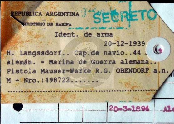 Etikett, in dem Fall ein Paketanhänger mit Waffenidentifikation und Nr. 498722. Nachname und Alter fehlerhaft.
