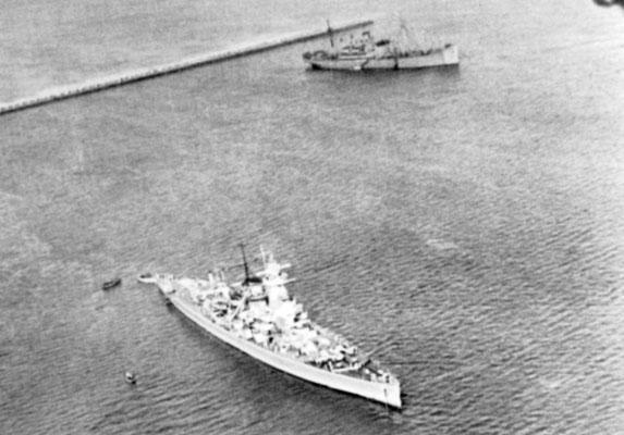 """Die """"Graf Spee"""" im Vorhafenbecken - hinten die """"Tacoma""""."""