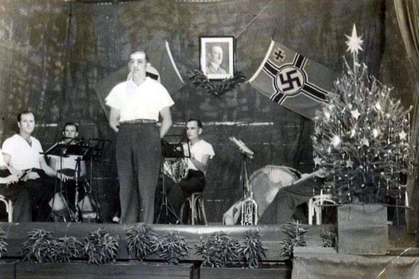 Weihnachten 1945. Deutsche Städte liegen in Schutt und Asche und in weiten Teilen von Europa sieht es nicht viel anders aus. Nur in Sierra de la Ventana ist es erkennbar - der Glaube ist stark und die Welt noch in Ordnung.