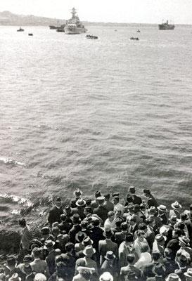 """Die """"Tacoma"""" wurde durch die """"Graf Spee"""" so abgedeckt, dass das Übersetzen der Besatzung von Land aus kaum wahrgenommen wurde."""