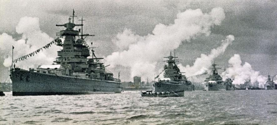 """Flottenparade - das  Flaggschiff """"Admiral Graf Spee"""" über die Toppen geflaggt, dahinter die """"Admiral Scheer"""" und die """"Deutschland"""" - danach Leichte Kreuzer."""