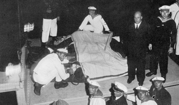Die Schwerverletzten werden von Bord gebracht - 14.12.39.