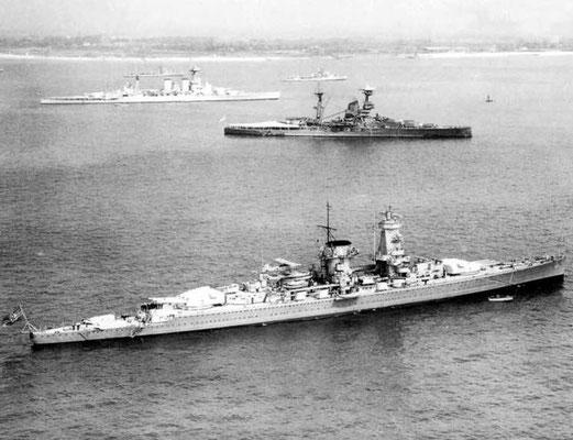 """Die HMS """"Hood"""" oben, HMS """"Resolution"""" mittig, """"Graf Spee"""" unten."""