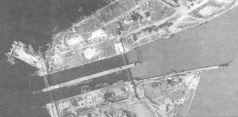 "III. Einfahrt ""Tirpitz Schleuse"".  Luftaufnahme - unten Nordkammer."