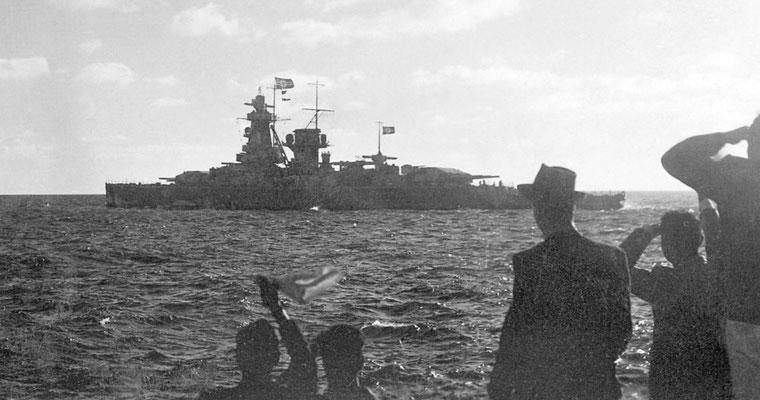 """""""Z über Null"""" gesetzt.  """"Die hinter dem Signalgeber stehenden bzw. durch Flaggennamen näher bezeichneten Schiffe dem Führer folgen""""."""