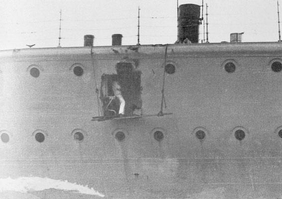 Granateneinschlag in der Schiffswand Backbord und die Folgen für die Kombüse.