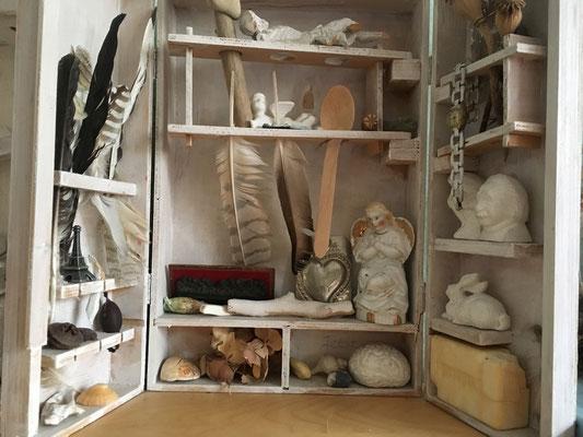 Lebenskasten / ab 2012 / u.a.: Federn, Knochen, Seife, Uhr, Holz, Steine, Muscheln, Porzellanfiguren, Holzchristus, Radiergummis, Abendmahl