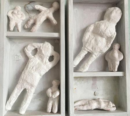 Schubladendenken / 2017 / Holzkästen, Figuren aus Pappmaché, Gips