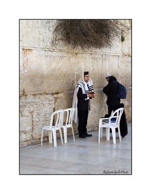 In preghiera al muro