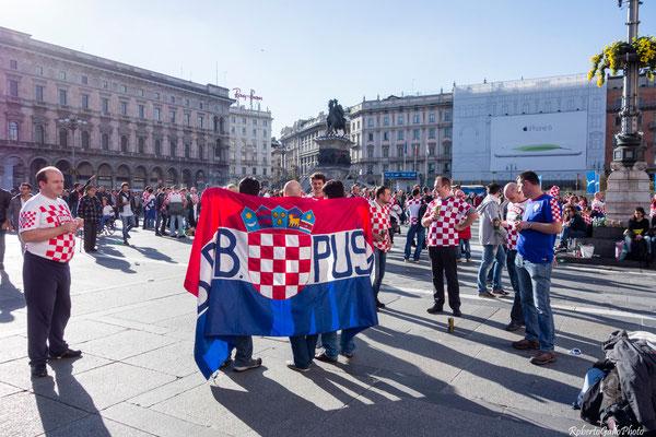 Milano Piazza Duomo - tifosi della Croazia