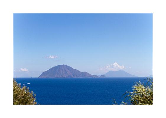 04/09/2012 Filicudi - sullo sfondo Stromboli