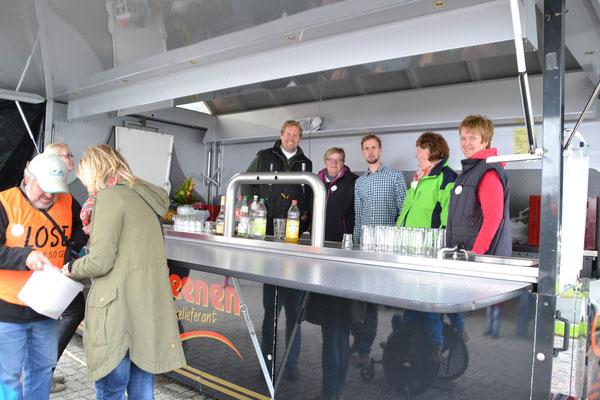 Karl bringt fleißig Lose an die Frau + fleißige Helfer im Getränkewagen