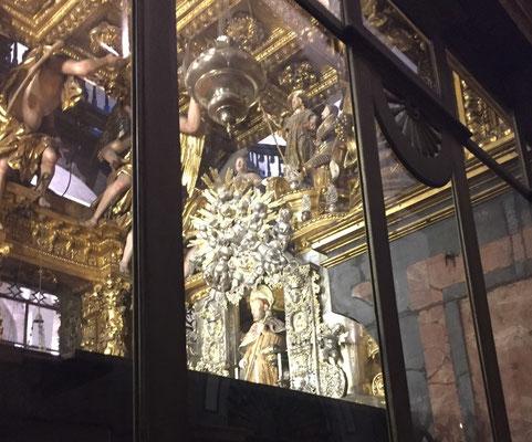 Figur des heiligen Jakobus wird als Zeichen der Ehrerbietung umarmt und geküsst