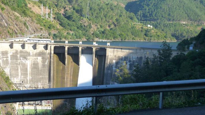Damm und Wasserkraftwerk auf dem Minho Peares