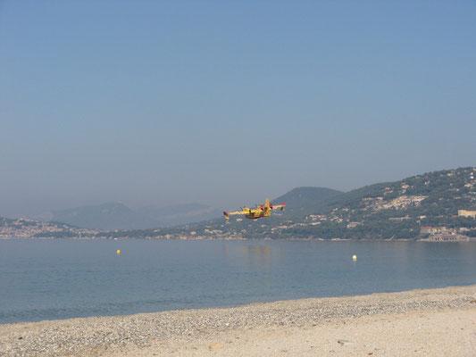 Löschflugzeuge über der Bucht von Almanarre