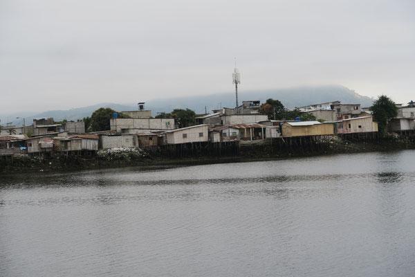 Blick auf Häuser der Isla Trinitaria/Guayaquil