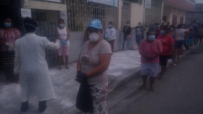 Lebensmittelausgabe auf der Isla Trinitaria/Guayaquil