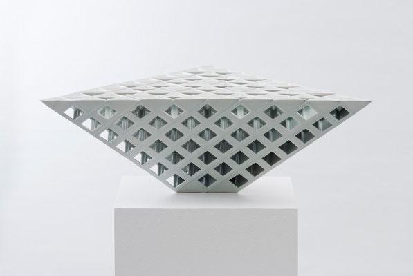 Lattice receptacle‐錐体のスクリーン 1, 2009, Porcelain, h.21×w.63×d.54㎝