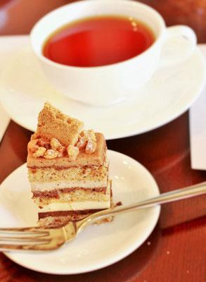 ヘーゼルナッツのケーキ&紅茶