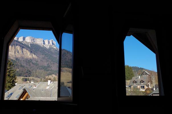 Deux fenêtres dans la pièce à vivre apportent une belle clarté et une belle vue