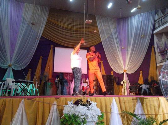 Dineke krijgt les in Afrikaanse dans.