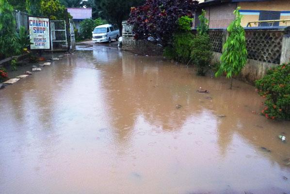 Door hevige regenval ondergelopen inrit van Charilove.