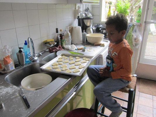De Charilove koekjes worden gebakken.