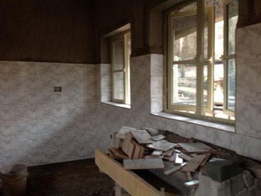 mei 2016: De muren van de keuken zijn betegeld.