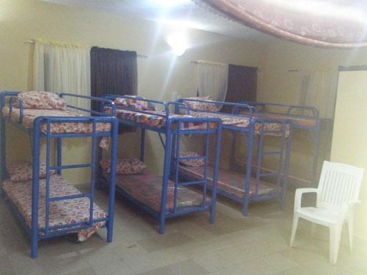 Stapelbedden in de nieuwe slaapzaal.