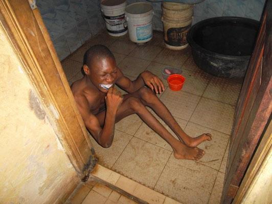 Miracle poetst zijn tanden.