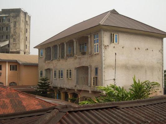 De Dormitory in 2017. Beganegrond voor de kinderen, eerste verdieping voor de Youthcorpers, tweede verdieping voor de vrijwilligers.
