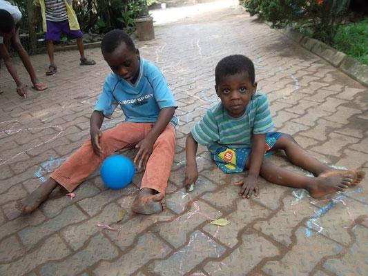 Spelende kinderen bij Charilove.