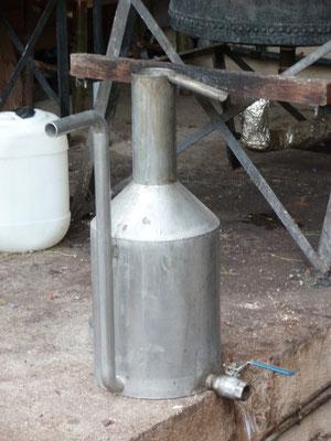 Vase florentin ou essencier, qui après décantation permettra de recueillir l'huile essentielle d'un côté et l'hydrolat de l'autre, ou parfois seulement l'hydrolat, en fonction de la plante distillée et sa possible faible concentration en HE