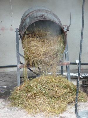 """Après la distillation, il ne reste que la """"bourre"""", résidu de la plante distillée qui ira au compost"""