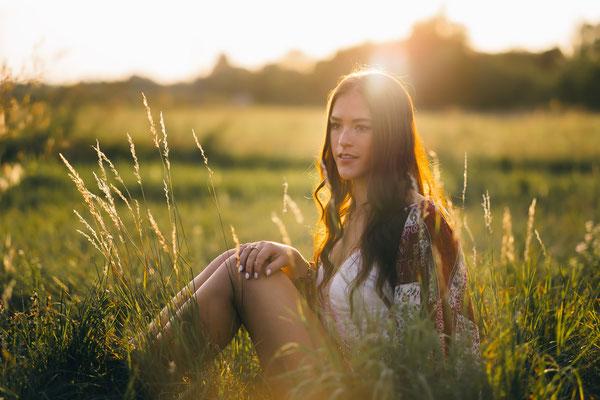 Karlsruhe, Portrait, Fotoshooting, outdoor, Boho, Model, Lisa, Wiese, Sommer, Sonne, Gegenlicht