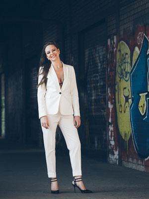 Portrait, Business Outfit, Graffiti, Mannheim, Hafen, Model, Fotograf, Lachen