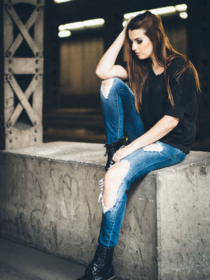Model, professionelles Fotoshooting, Karlsruhe, Natascha, available Light, lässig, Unterführung,Fotoshooting Idee, Jeans,