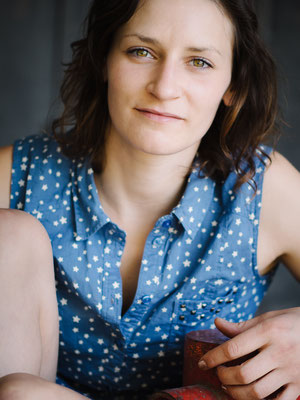 Porträt, Schauspieler, Fotograf, Karlsruhe, Portrait, direkt, Outdoor, available Light, Michelle, rot, blau, Augen