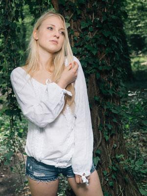 Outdoorshooting, Natur, Wald, Karlsruhe Frau, blond, Baum, Efeu