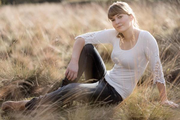 Schauspieler, Porträt, Karlsruhe, Fotoshooting, Gras, Natur, Sonne, Gegenlicht
