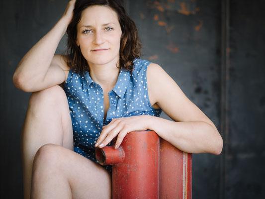 Porträt, Schauspieler, Fotograf, Karlsruhe, Portrait, direkt, Outdoor, available Light, Michelle, rot, blau